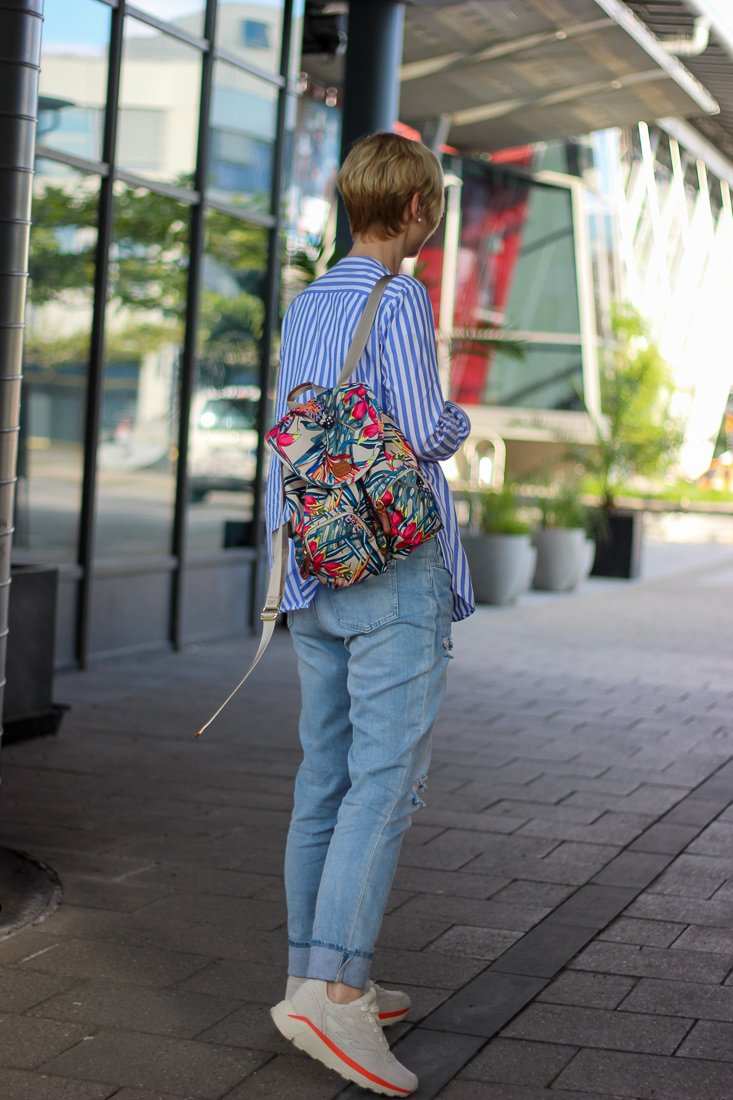 conny doll lifestyle: Frühlingslook, Streifenbluse, Ledermantel, used Denim, Sneaker, casual styling