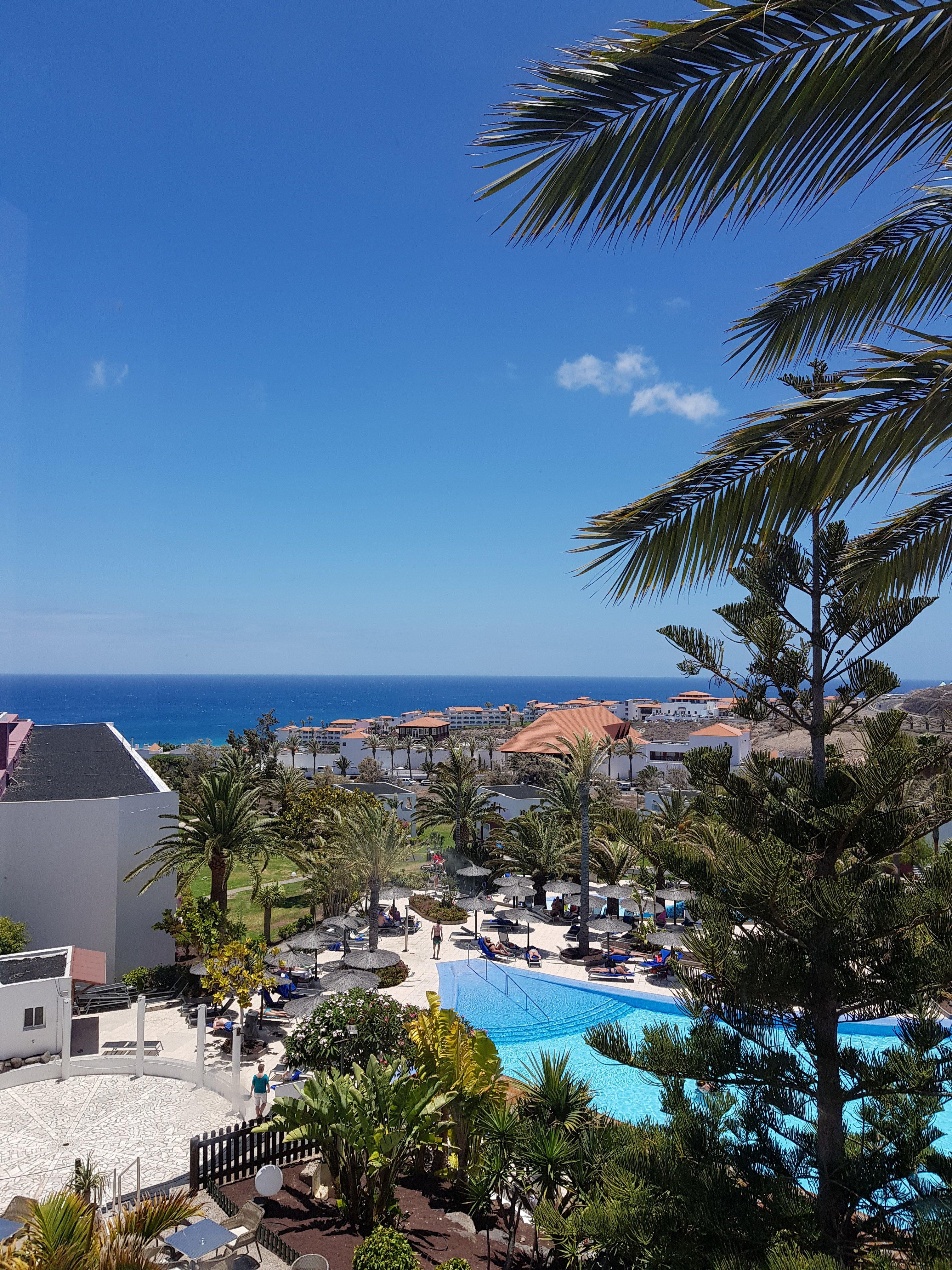 conny doll lifestyle: Insel, kanarische Inseln, blauer Himmel, Hotelanlage,