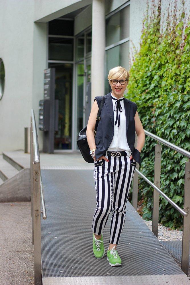 conny doll lifestyle mit UXGO, Ladyblogger, Schuhe Sophia zum Businesslook, schwarz-weiß, grün, Fußgesundheit
