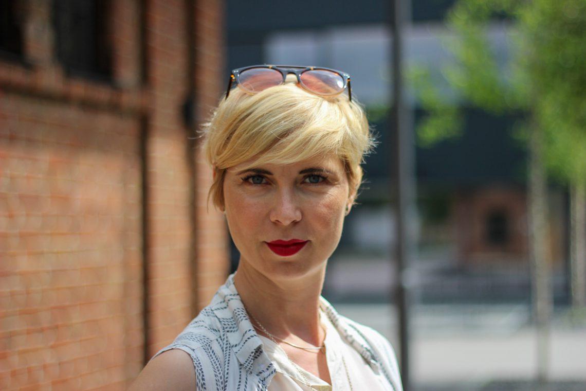 conny doll lifestyle: Welchen Look trage ich bei Hitze im Büro? helle Farben, weiße Hose, Seidentop und lange Bluse als Weste kombiniert.