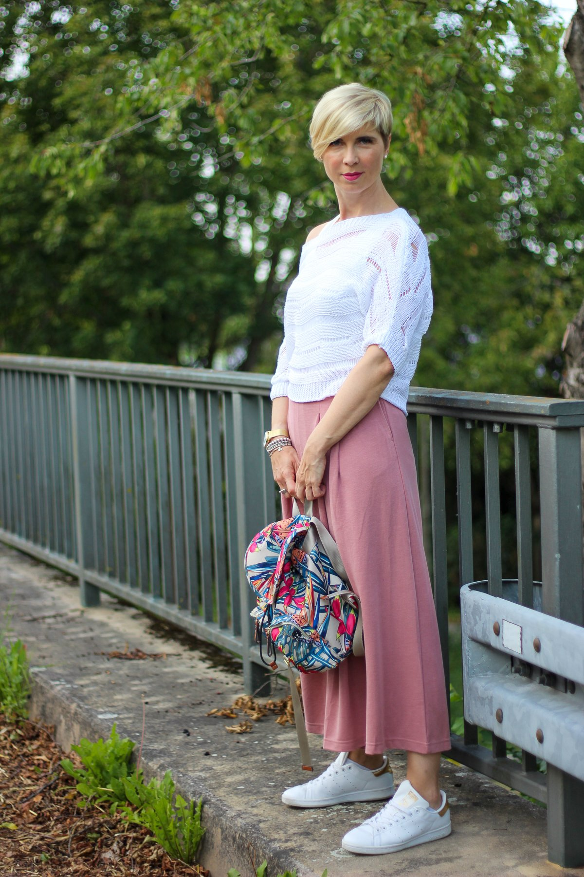 conny doll lifestyle: rosa culotte, weißer sommerstrick, pulli, sneaker,