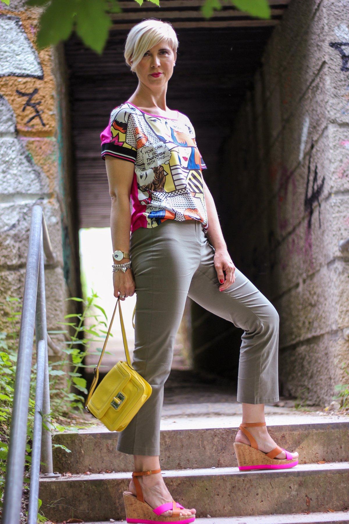 conny doll lifestyle: leichte sommerhose für heiße Tage, olivgrün, comicshirt, pink, Sommerlook