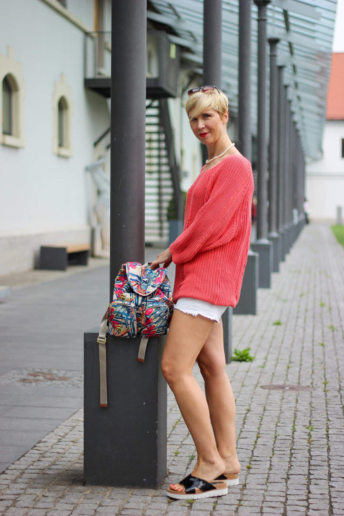 conny doll lifestyle: Shorts, destroyed Strickpullover, Sommerlook, Gehören Mode und Fashion noch zu den Smalltalk-Themen?