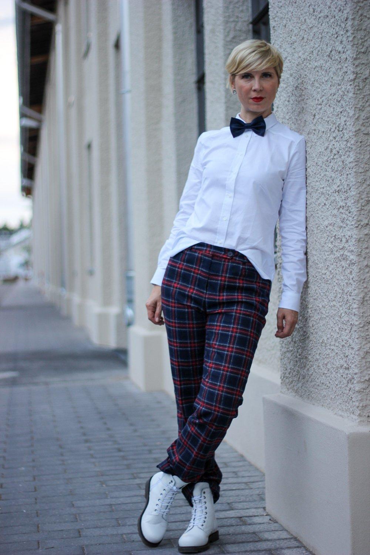 conny doll lifestyle: Ein britischer Klassiker - kariert durch Herbst und Winter, Wollhose, Herbstlook, Boots, Bluse, British Shop, Cordkappe, rot, blau, weiß