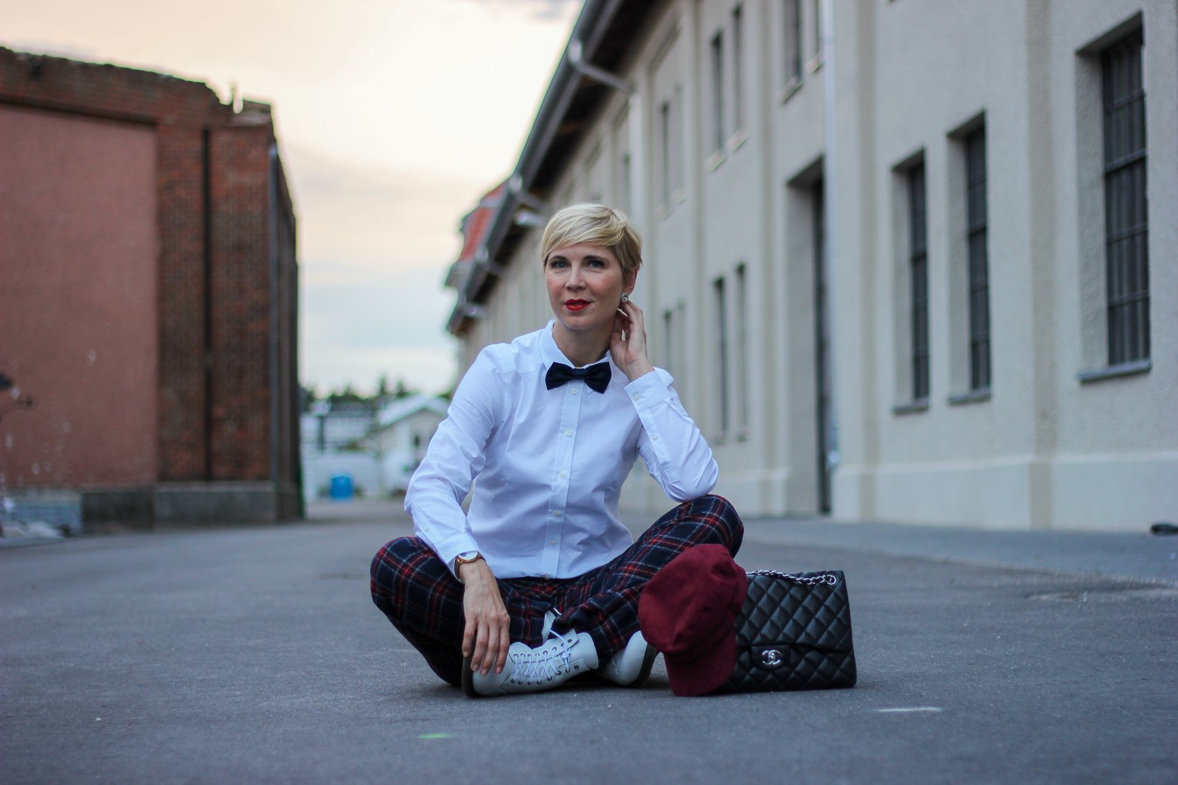 conny doll lifestyle: karohose, weiße Bluse, Schottenkaro, british shop, edgy styling, Herbstlook