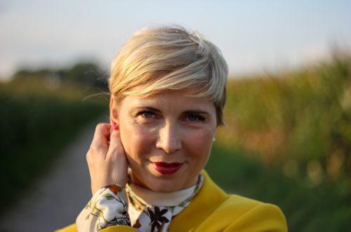 conny doll lifestyle: Mehr bunt im Business - Ein farbenfrohes Herbststyling fürs Büro, Schluppenbluse, Laptoptasche, halbhohe Sneaker, gelber, Muster