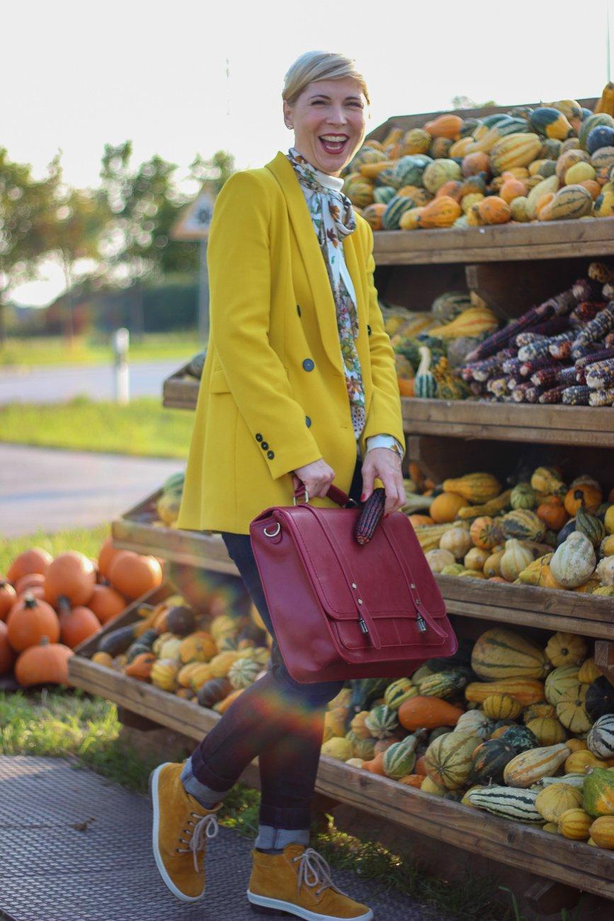 conny doll lifestyle: Mehr bunt im Business - Ein Styling fürs Büro, Schluppenbluse, Laptoptasche, halbhohe Sneaker, gelber, Muster