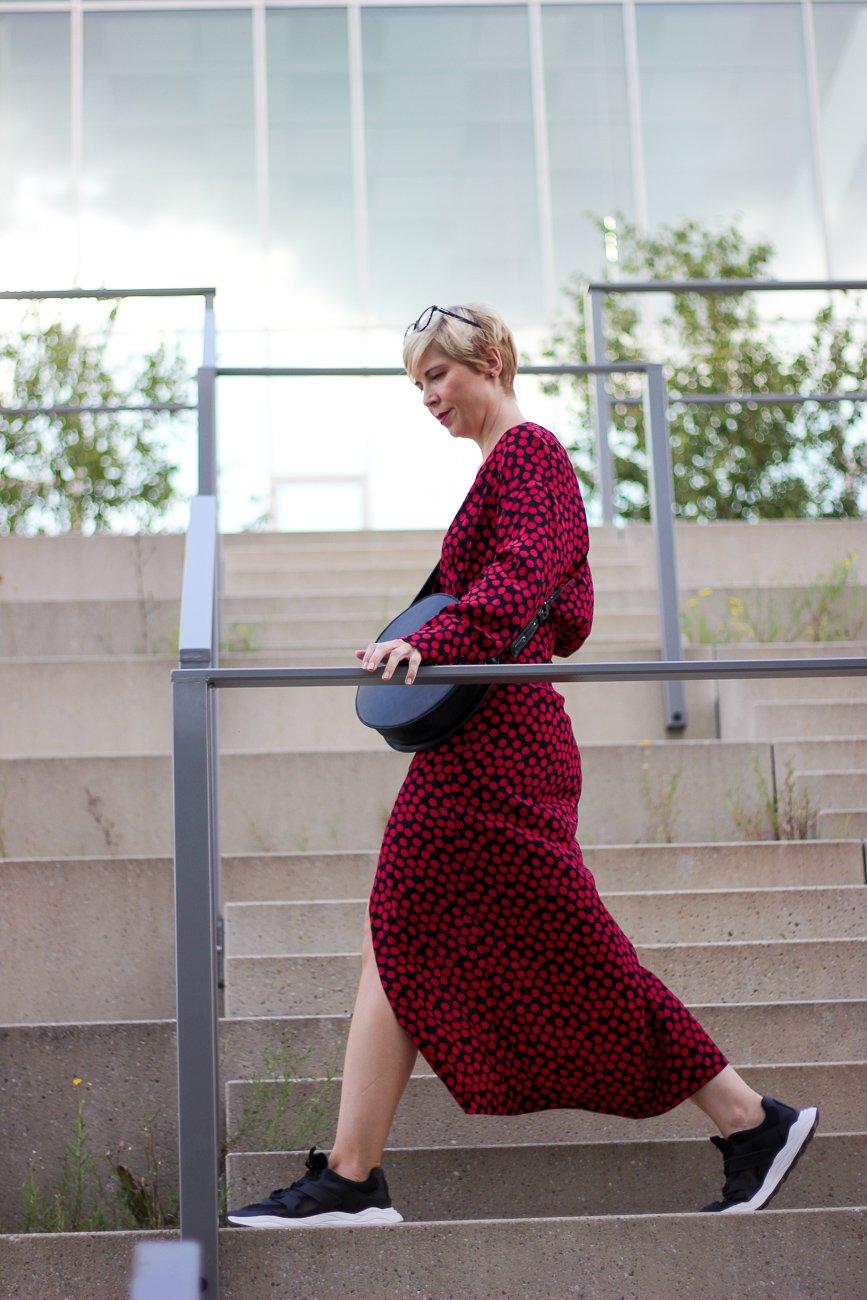 conny doll lifestyle: langes kleid, Herbstzeit ist Kleiderzeit, lange Ärmel, Stylingidee, Kleid mit Sneaker, Modeblog 40plus
