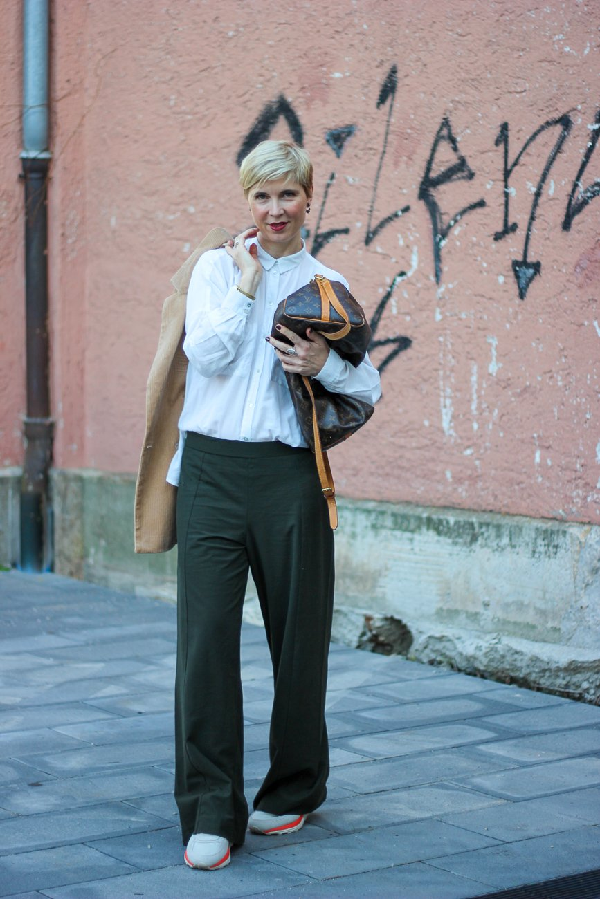 conny doll lifestyle: loose fit pants, locker sitzende Hose, Sneaker, Herbstlook 2019, dunkelgrün, lockeres Hemd, Blogpost über Android News