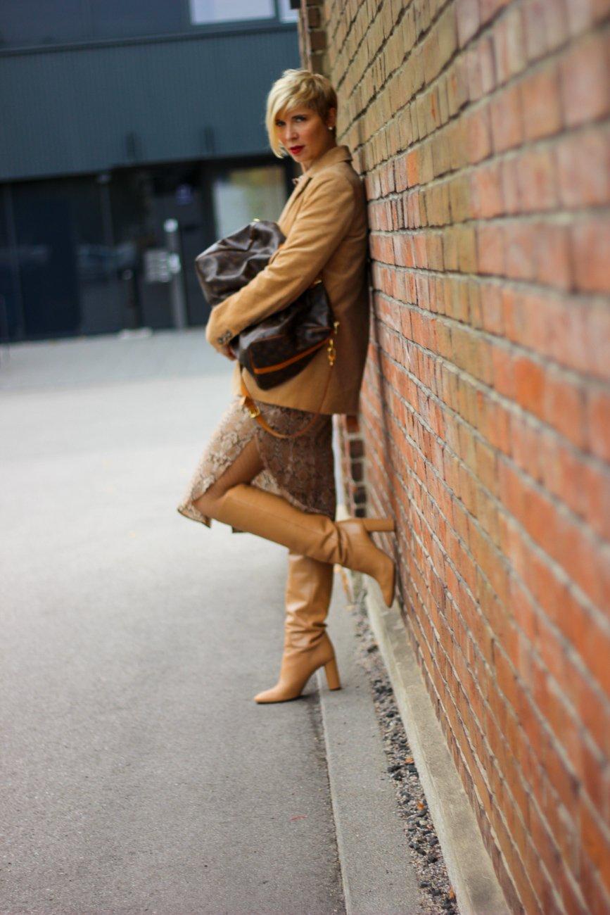 conny doll lifestyle: Herbststyling mit Snakeprint - Secondhand im Instastyle, Cordblazer, Stiefel, nudetöne, neutrals