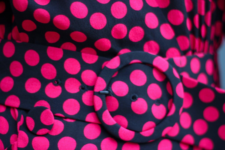 conny doll lifestyle: Langes Kleid im Herbst – worauf ich beim Styling achte, Punktekleid, Stiefel, Strumpfhose
