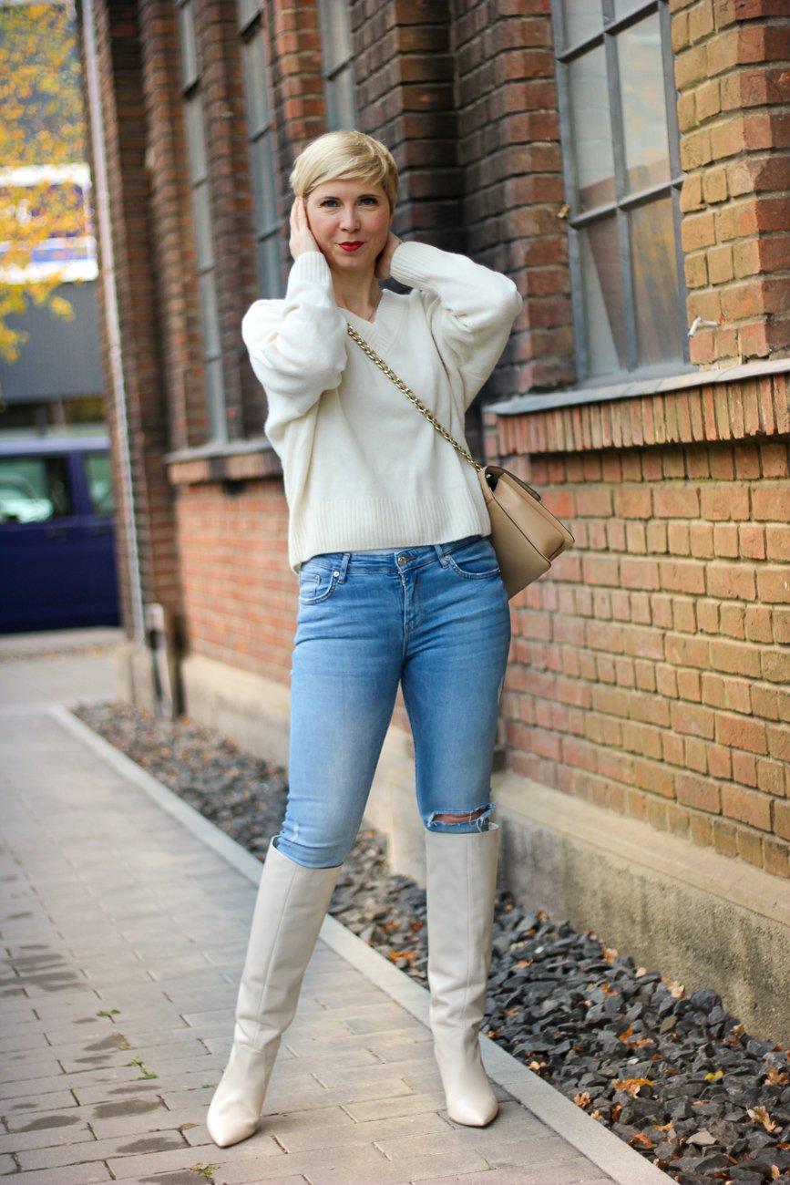 conny doll lifestyle: casual styling, stiefel über der Hose, wadenbetont, eng oder weit, Strickpullover