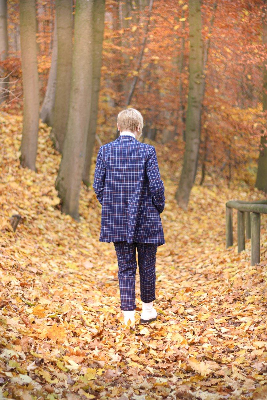conny doll lifestyle: karierter Anzug, Herbstlook, brauchen Frauen im Business einen Männerlook? Blau und orange
