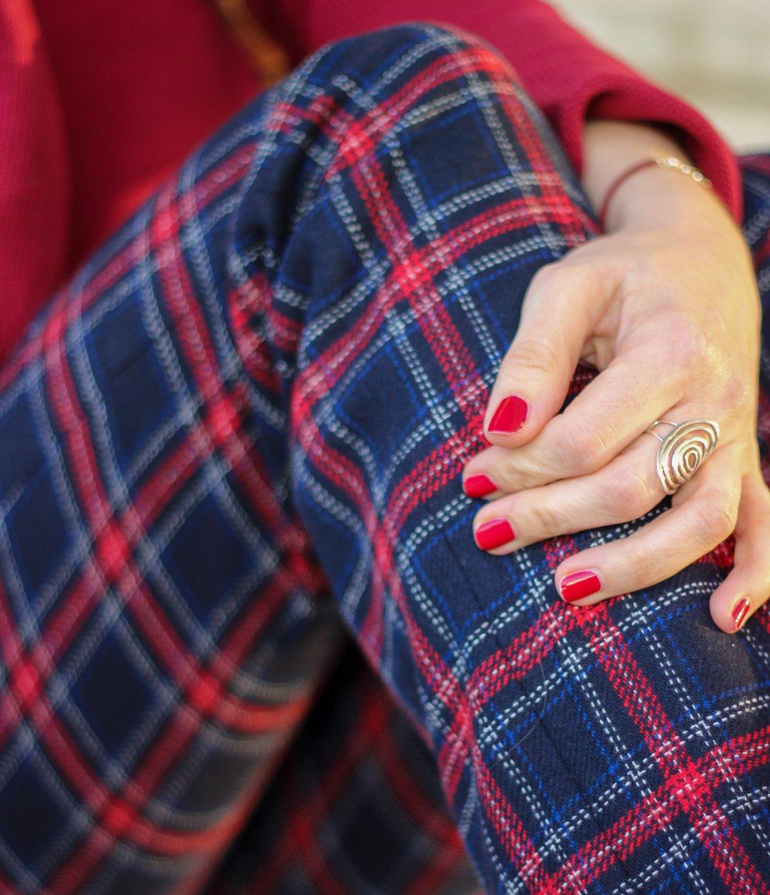 conny doll lifestyle: Karohose lässig gestlyt, sportlicher Look, rot blau und der Blogpost geht übers Älterwerden