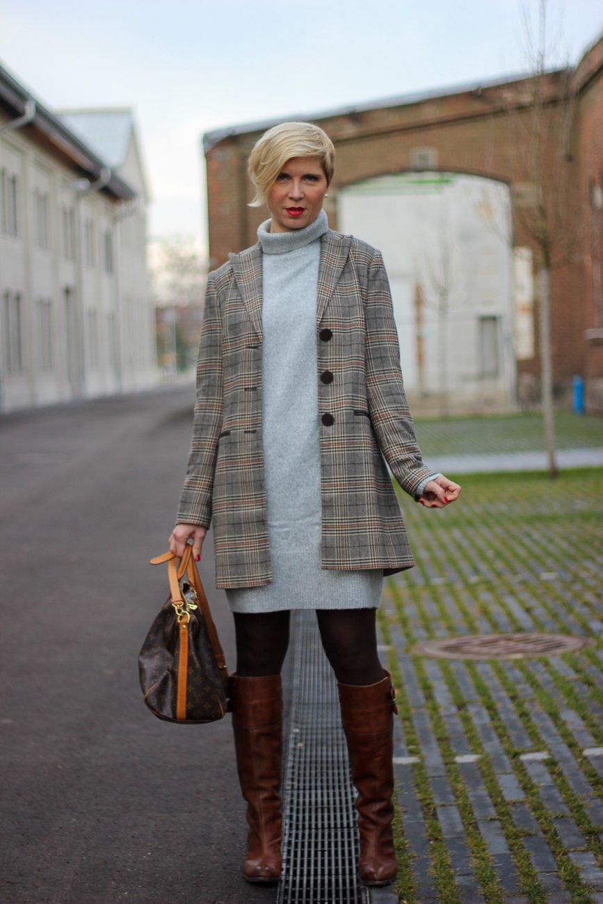 conny doll lifestyle: graues strickkleid, karoblazer, stiefel, casual, styling, winterlook