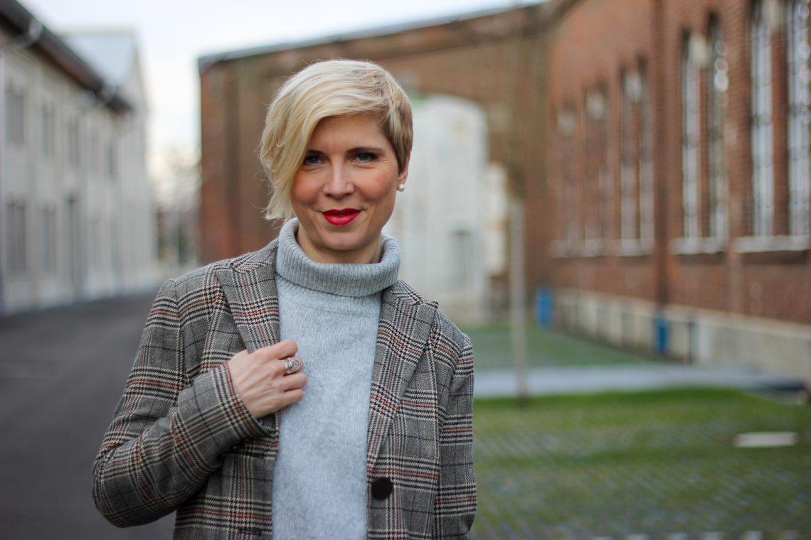 conny doll lifestyle: Karoblazer, Rollkragen, grau und braun