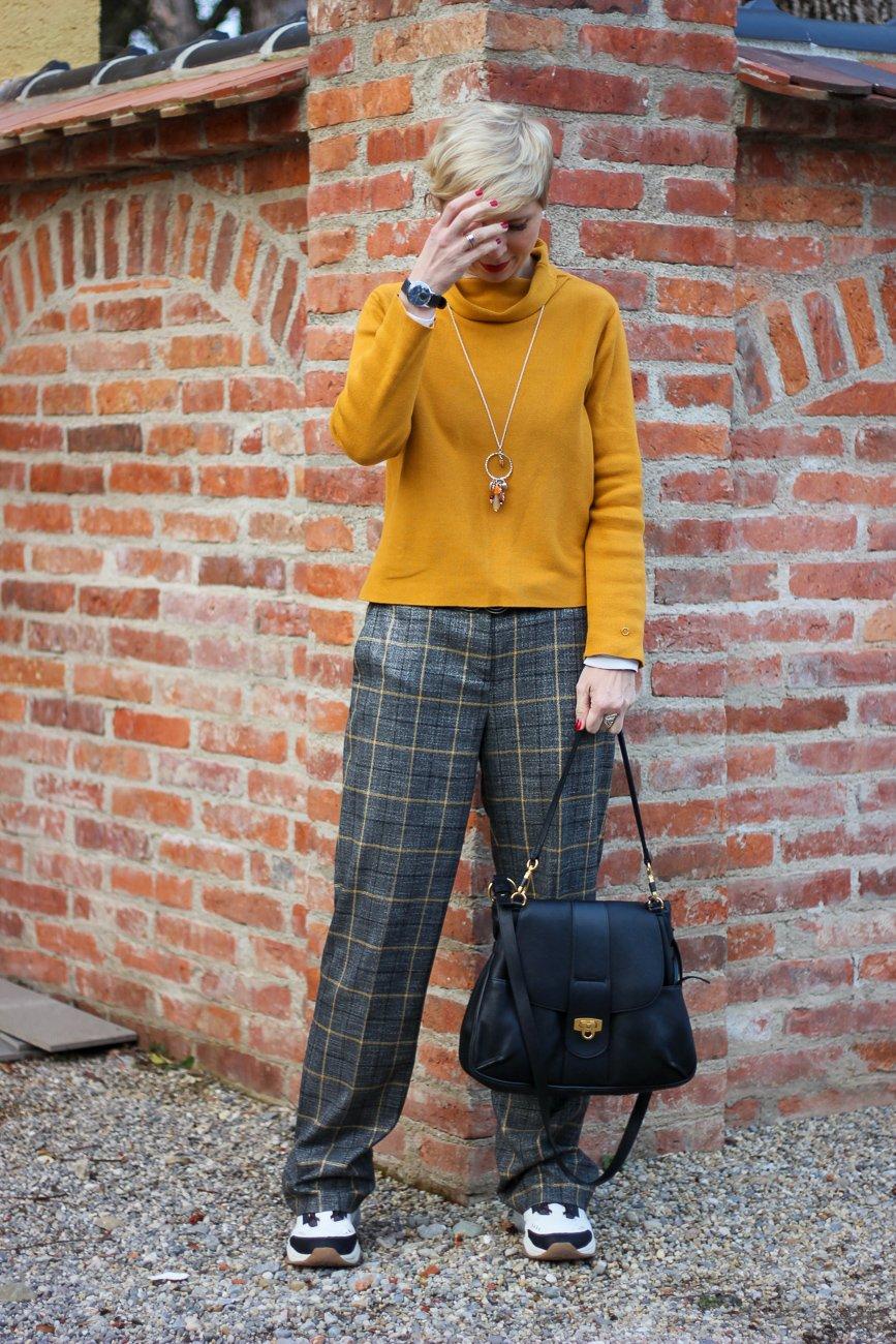 conny doll lifestyle: karierte Hose lässig gestylt, Turnschuhe, senfgelber Pullover, neyo. Toni-Fashion, Winterlook