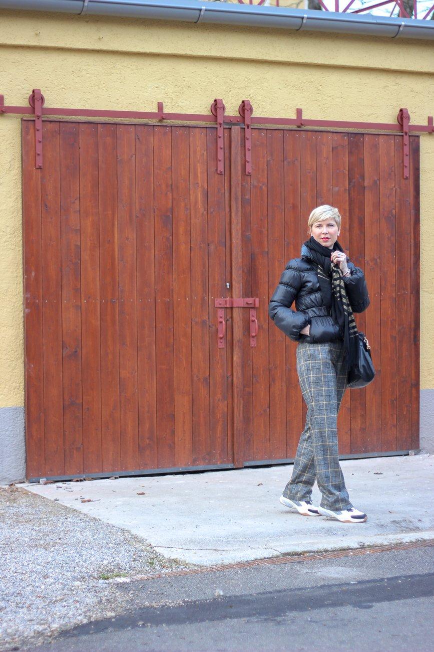 conny doll lifestyle: Thema mit der Jahreszahl: karierte Hose, Turnschuhe, Winterjacke, Winterlook, Modeblog aus München
