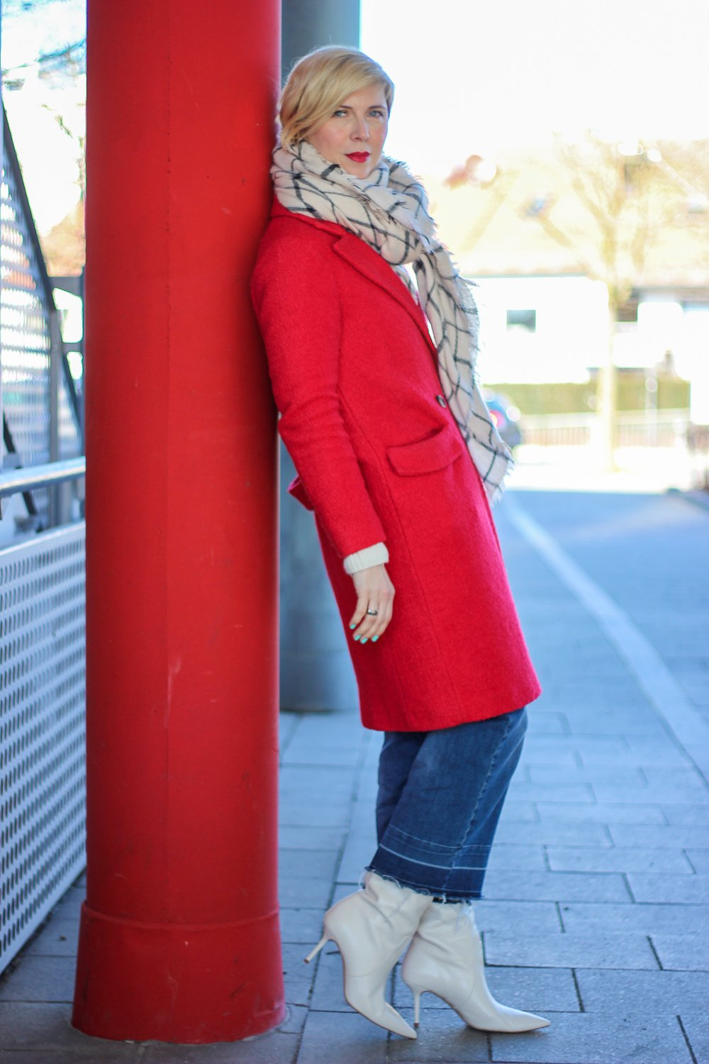 conny doll lifestyle: Valentinstag, roter Mantel, casual Denimculotte und Stiefel