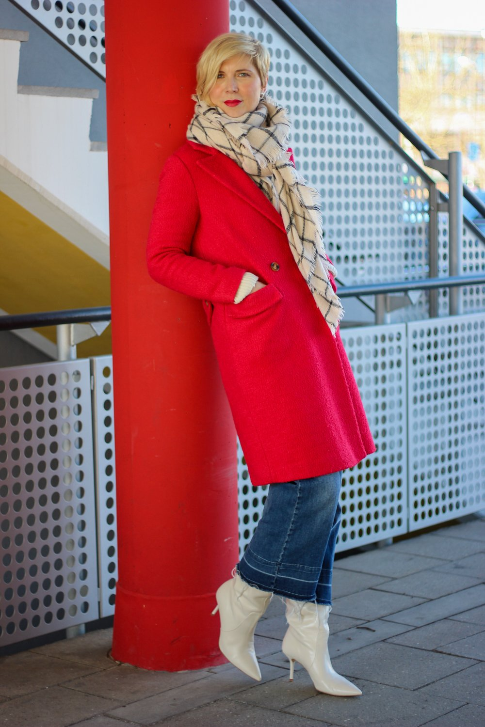 conny doll lifestyle: Denimculotte, Stiefel, roter Mantel, casual Styling