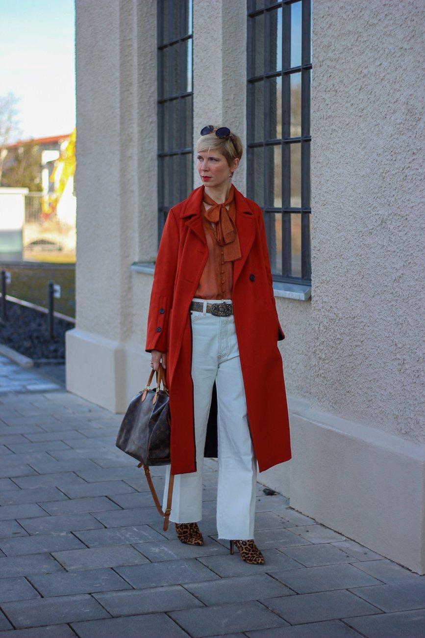 conny doll lifestyle: RE/Done Denim, weiße Hose, Leostiefeletten, Frühlingslook, Mantel, nachhaltiger Look