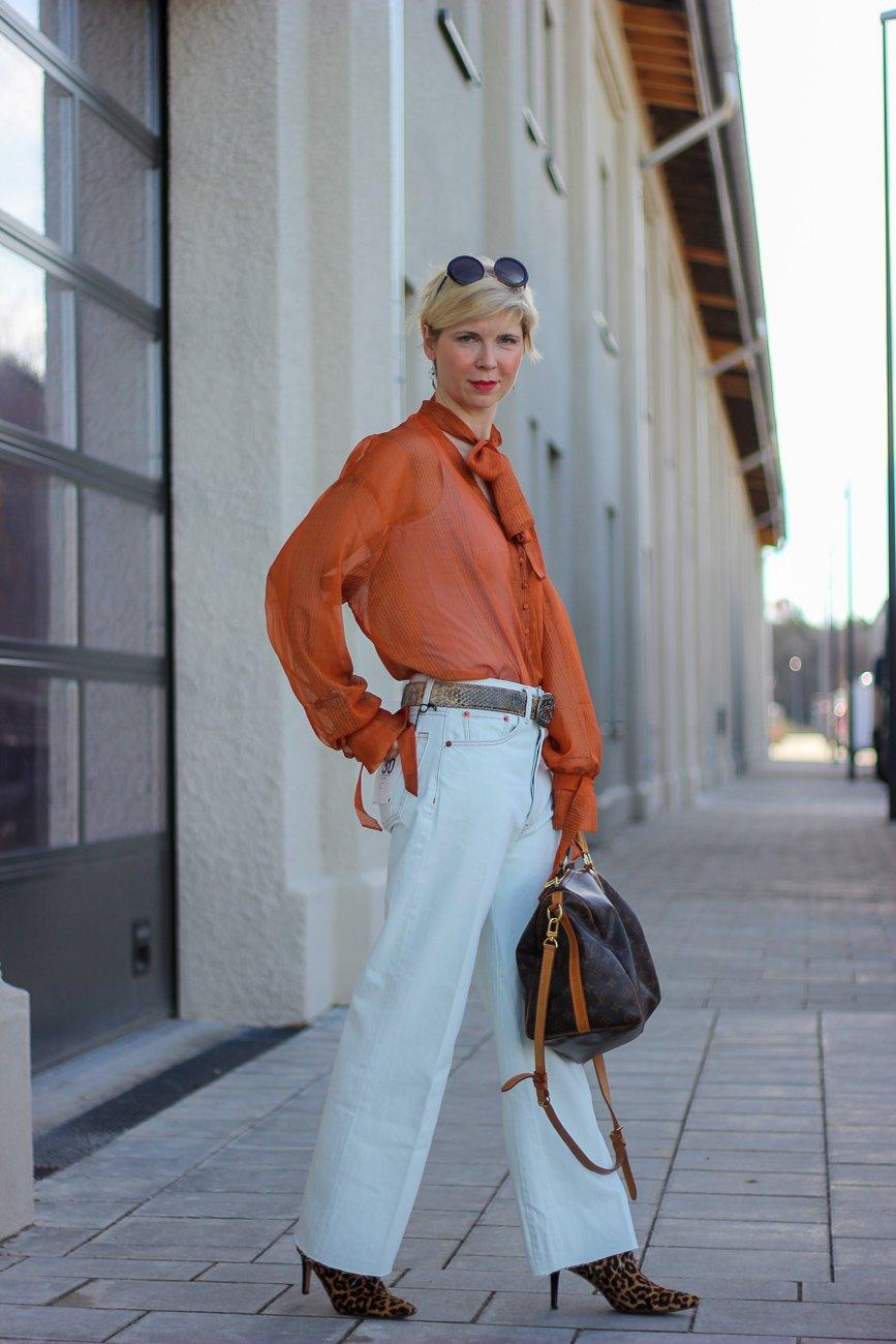 conny doll lifestyle: Frühlingslook, Denim, Schluppenbluse, weiße Hose