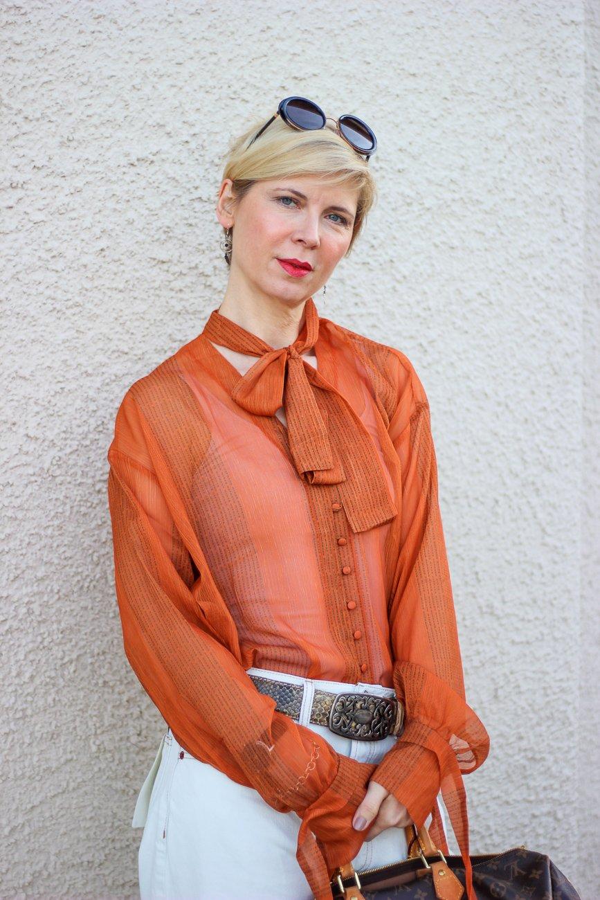 conny doll lifestyle: Schluppenbluse, orange, weiß, Frühlingslook, Leostiefeletten