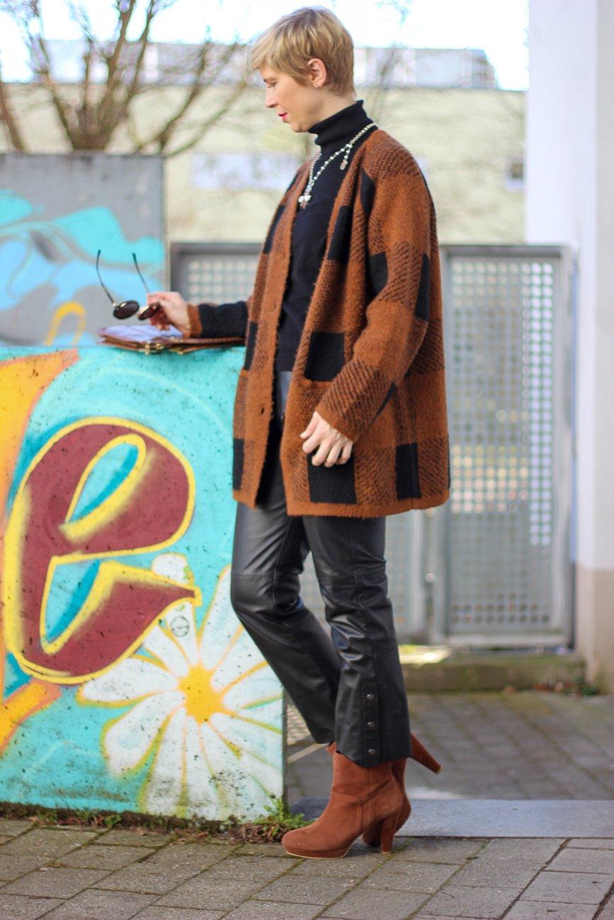 conny doll lifestyle: Cardigan, Übergangslook in schwarz-braun, Stiefeletten, Fashionblog, München