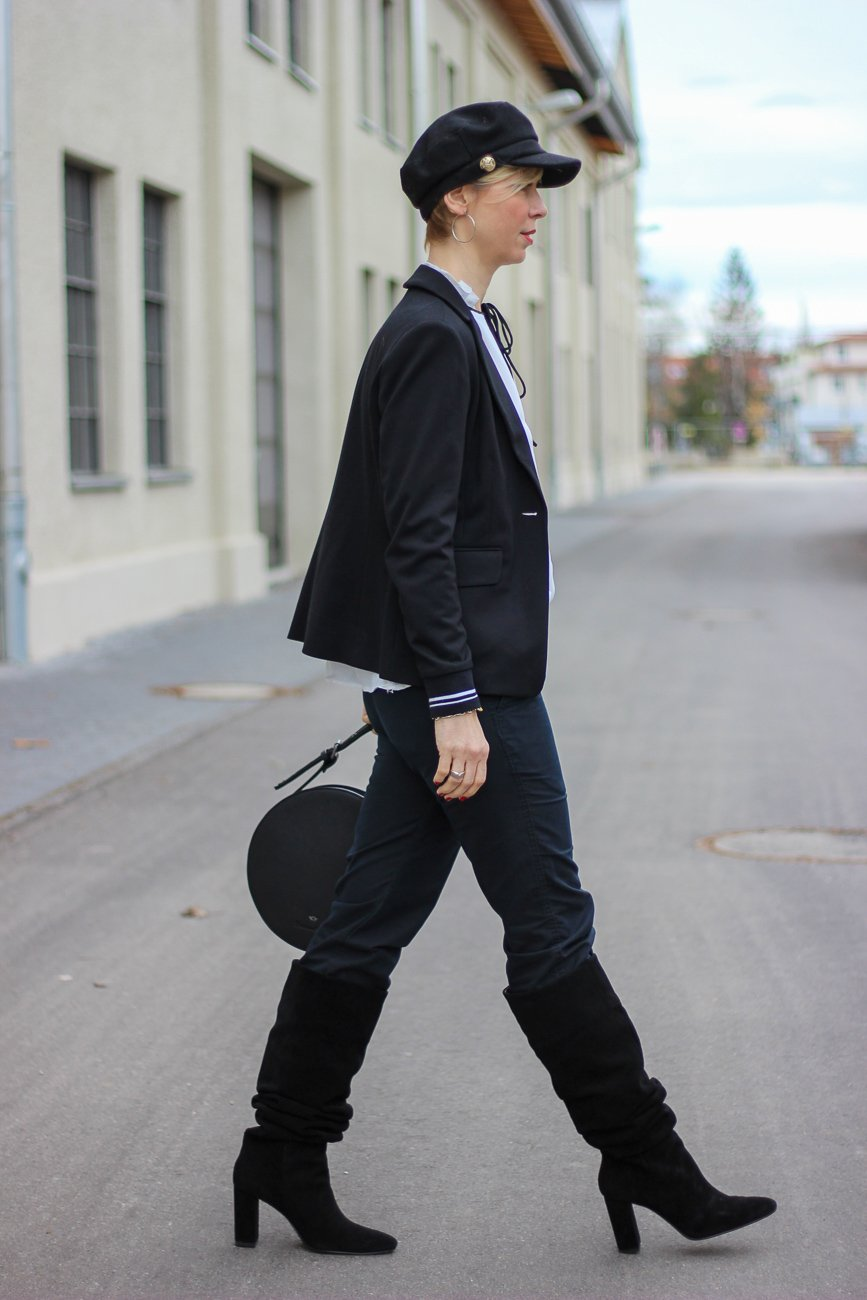conny doll lifestyle: Blogpost über Frauenrechte, Stiefel, Hose, Blazer, Spitzenbluse, schwarz-weiß