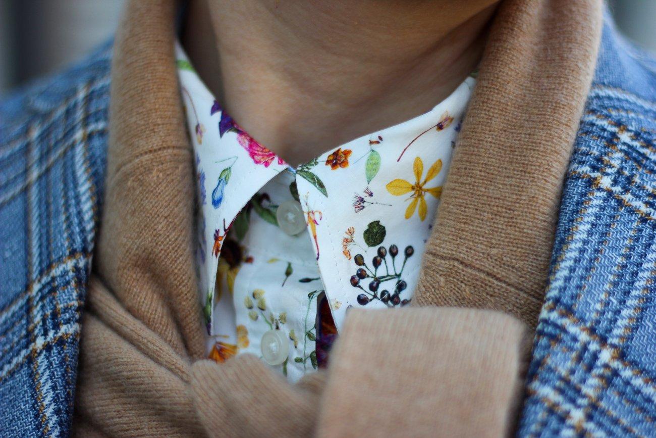 conny doll lifestyle: Zwiebellook für den Übergang, britische Klassiker: Liberty-Bluse, Karo-Blazer, Kaschmirpullover um den Hals getragen