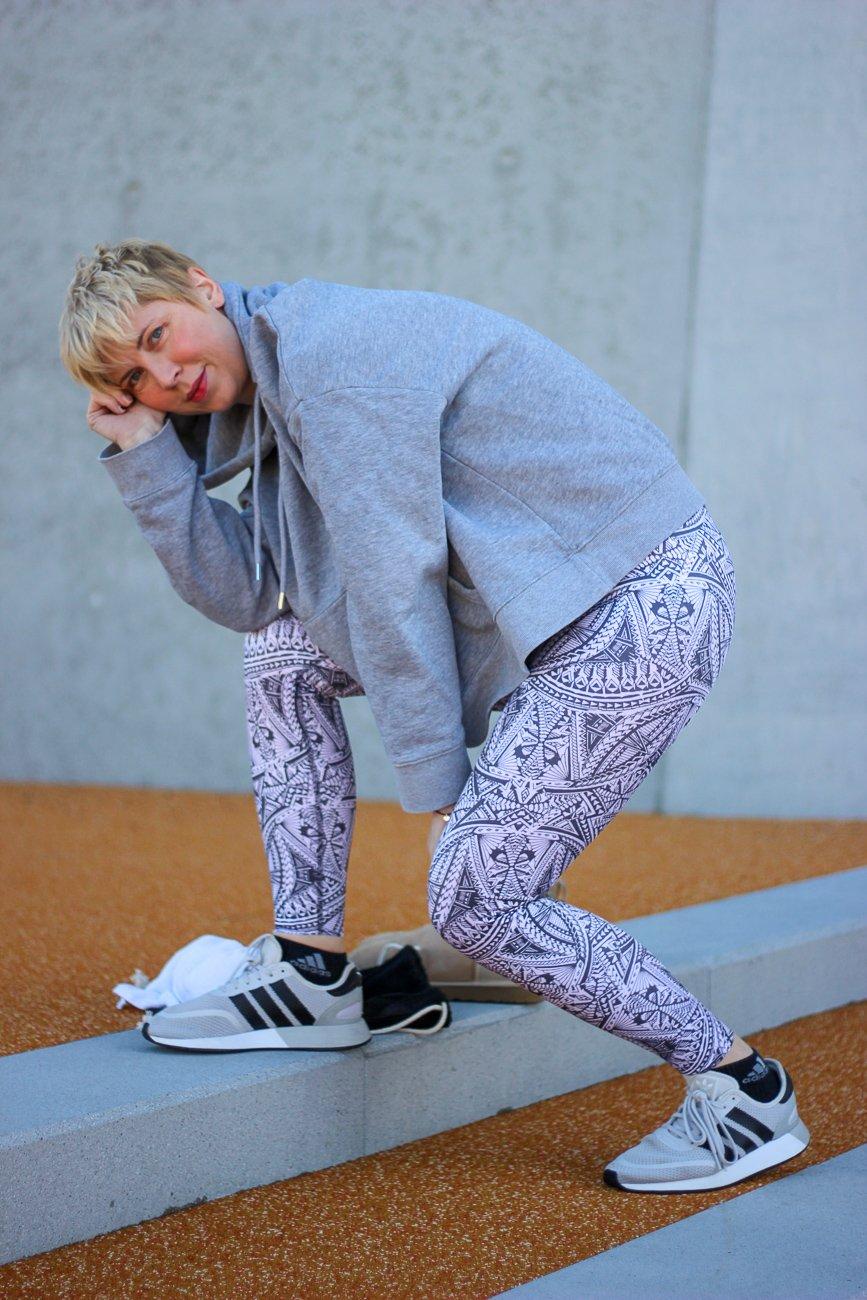 conny doll lifestyle: Sportswear von Anita, Hoodie, Sportplatz