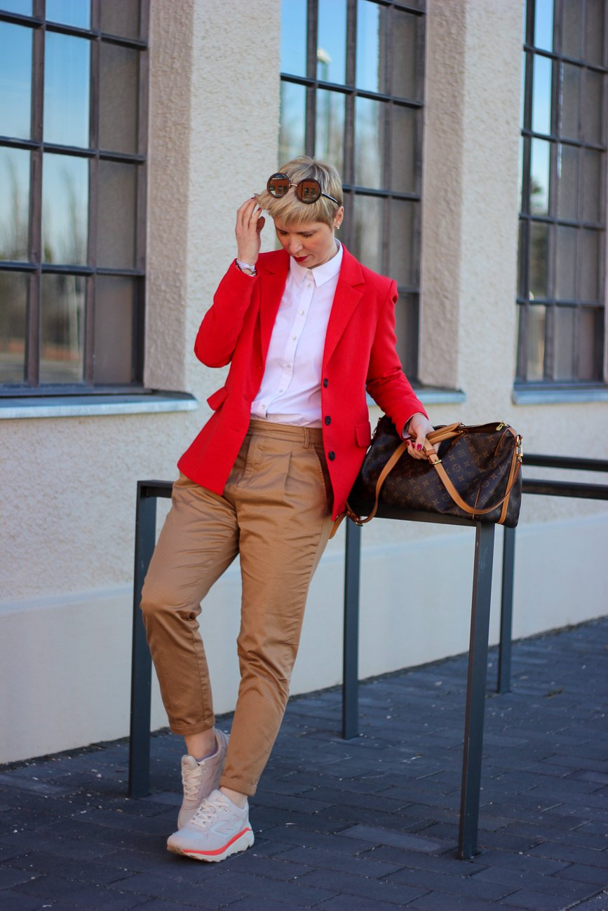conny doll lifestyle: farbenfroh, Businesslook, roter Blazer, Bluse, casual Business, Gehaltsverhandlung
