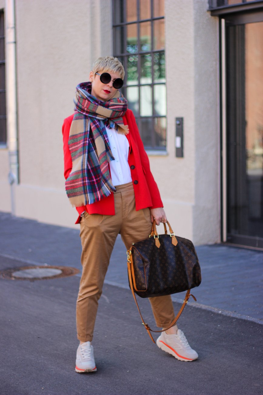 conny doll lifestyle: cognac und rot, Businesslook, roter Blazer, Bluse, casual Business, Schal, Louis Vuitton, Speedy 40