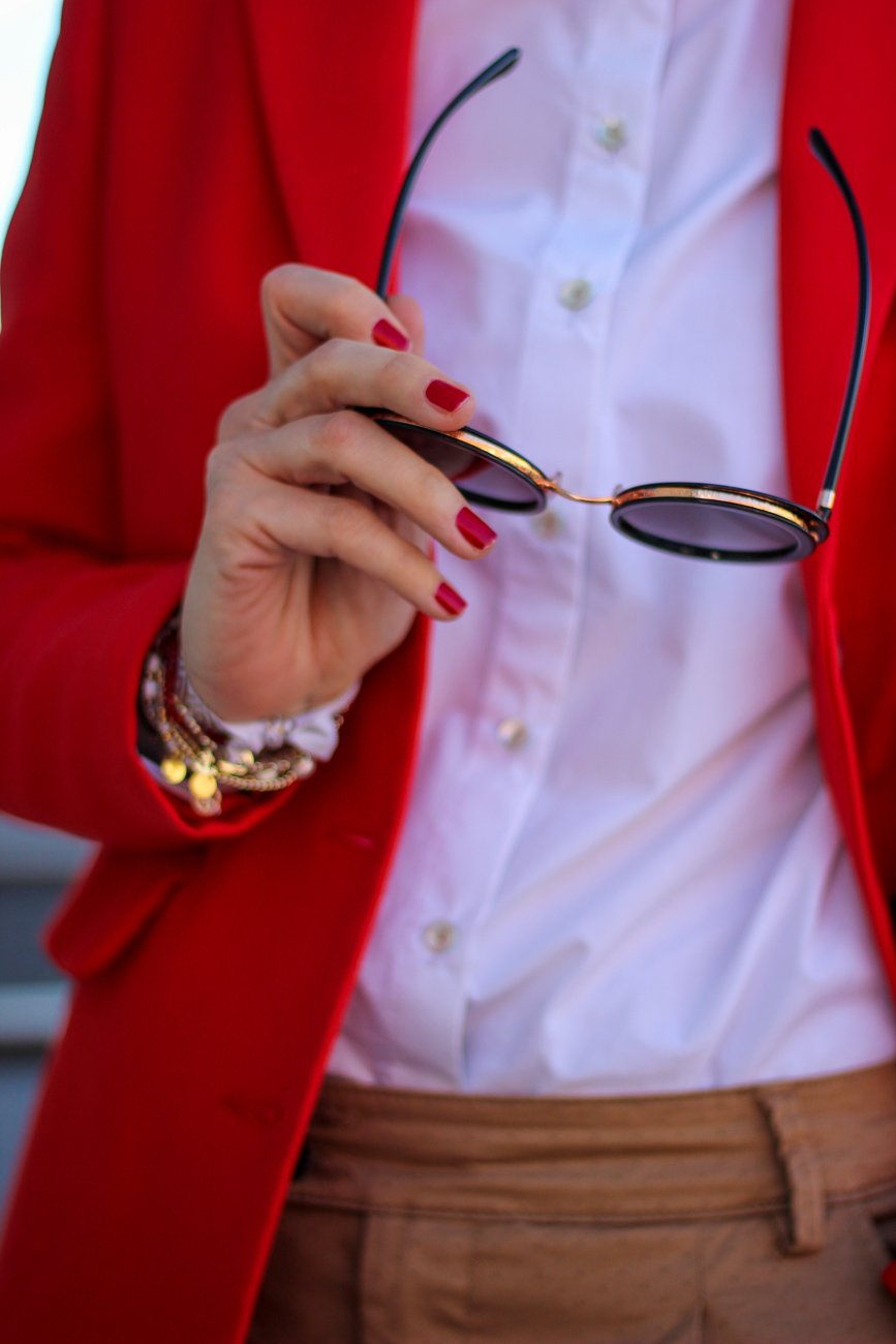 conny doll lifestyle: cognac und rot, Businesslook, roter Blazer, Bluse, casual Business, Sonnenbrille