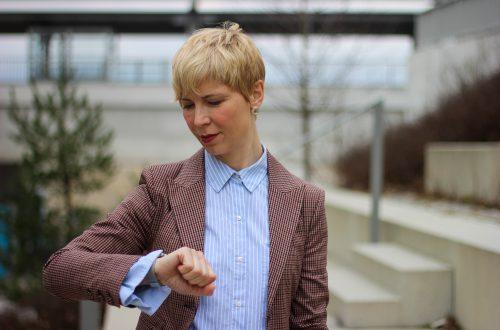 conny doll lifestyle: Karoanzug, Sneaker für die Frau, ab 40plus, hellblaue Bluse, Business casual