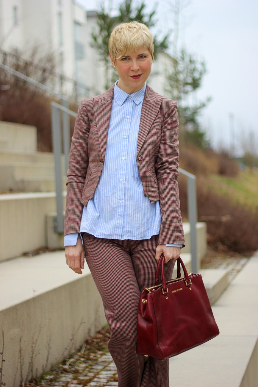 conny doll lifestyle: Karoanzug, hellblaue Bluse, Business casual