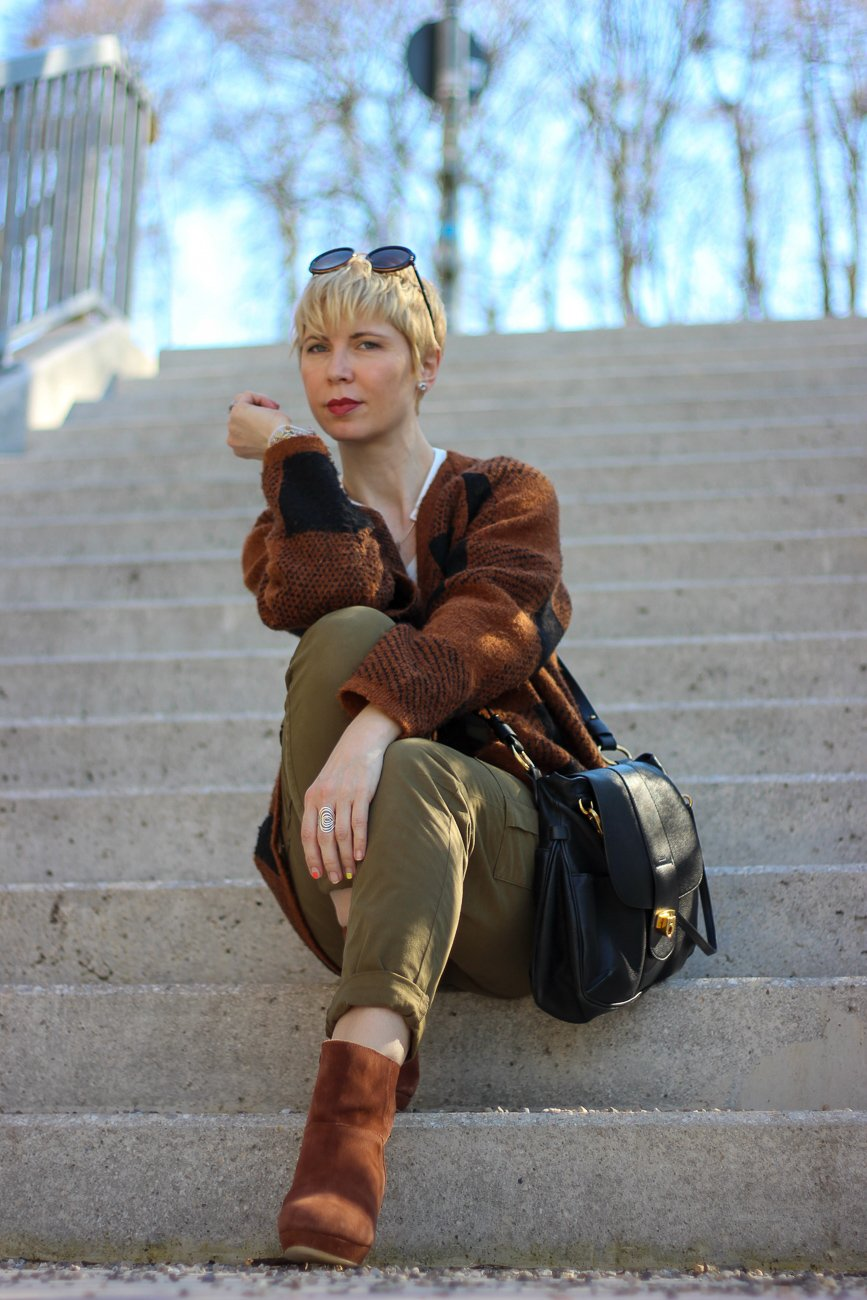 conny doll lifestyle: Übergangsoutfit, Cardigan, Cargohose, Frühlinlook, weiße Bluse, casual Styling