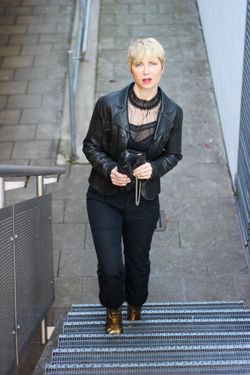 conny doll lifestyle: Afterwork im Homeoffice, schwarze Spitzenbluse, transparent, Bundfaltenhose, goldene Schuhe, Lederjacke, Abendoutfit