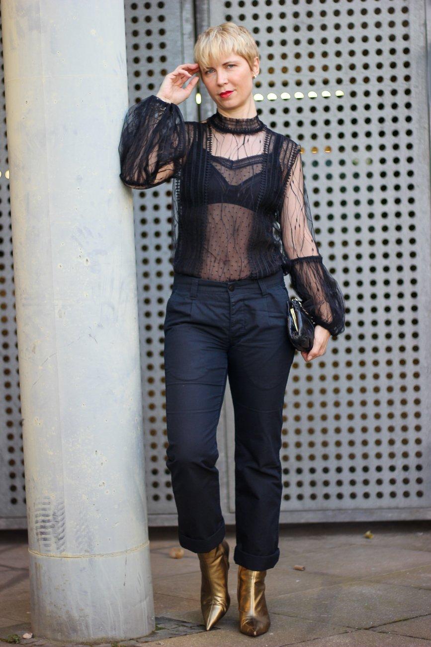 conny doll lifestyle: Ein Ausgeh-Outfit für Zuhause - Afterwork im Homeoffice, schwarze Spitzenbluse, transparent, Bundfaltenhose, goldene Schuhe