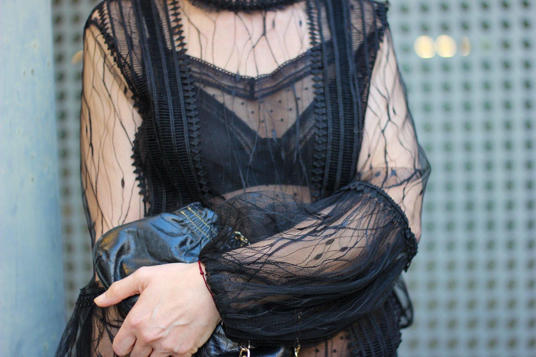 conny doll lifestyle: Ein Ausgeh-Outfit für Zuhause - Afterwork im Homeoffice, schwarze Spitzenbluse, transparent, Wäsche Rosa Faia
