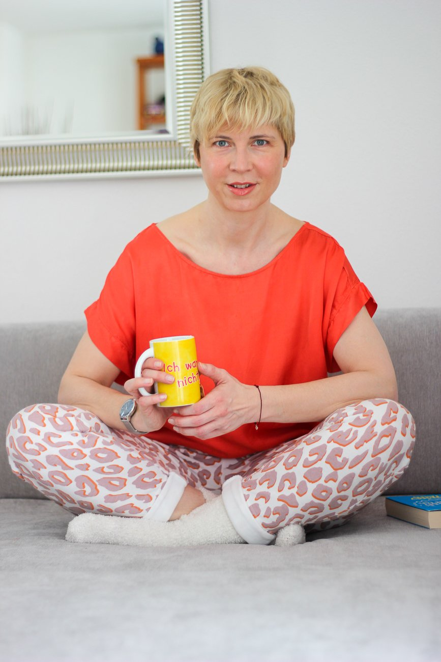 conny doll lifestyle: casual daywear, jogginghose, leomuster, juvia, orange, frühlingsfarbe