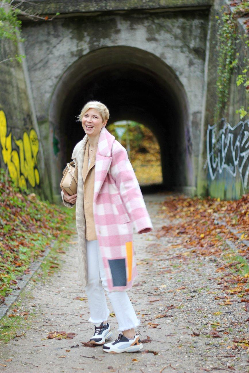 conny doll lifestyle: Herbstlook im Frühling, Übergangsstyling, weiße Jeans, Schmutzwäsche, Alltagsfreuden, Mutter