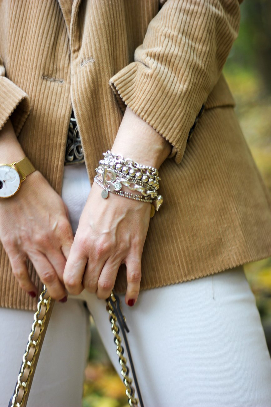 conny doll lifestyle: Herbstlook im Frühling, Übergangsstyling, weiße Jeans,Details, Armschmuck, Uhr, Cordblazer