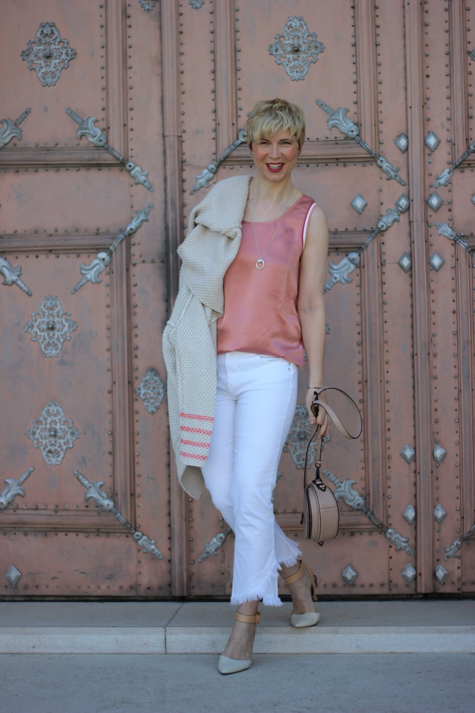 conny doll lifestyle: Frühlingslook, weiße Hose, Shirt, Lieblingsstück