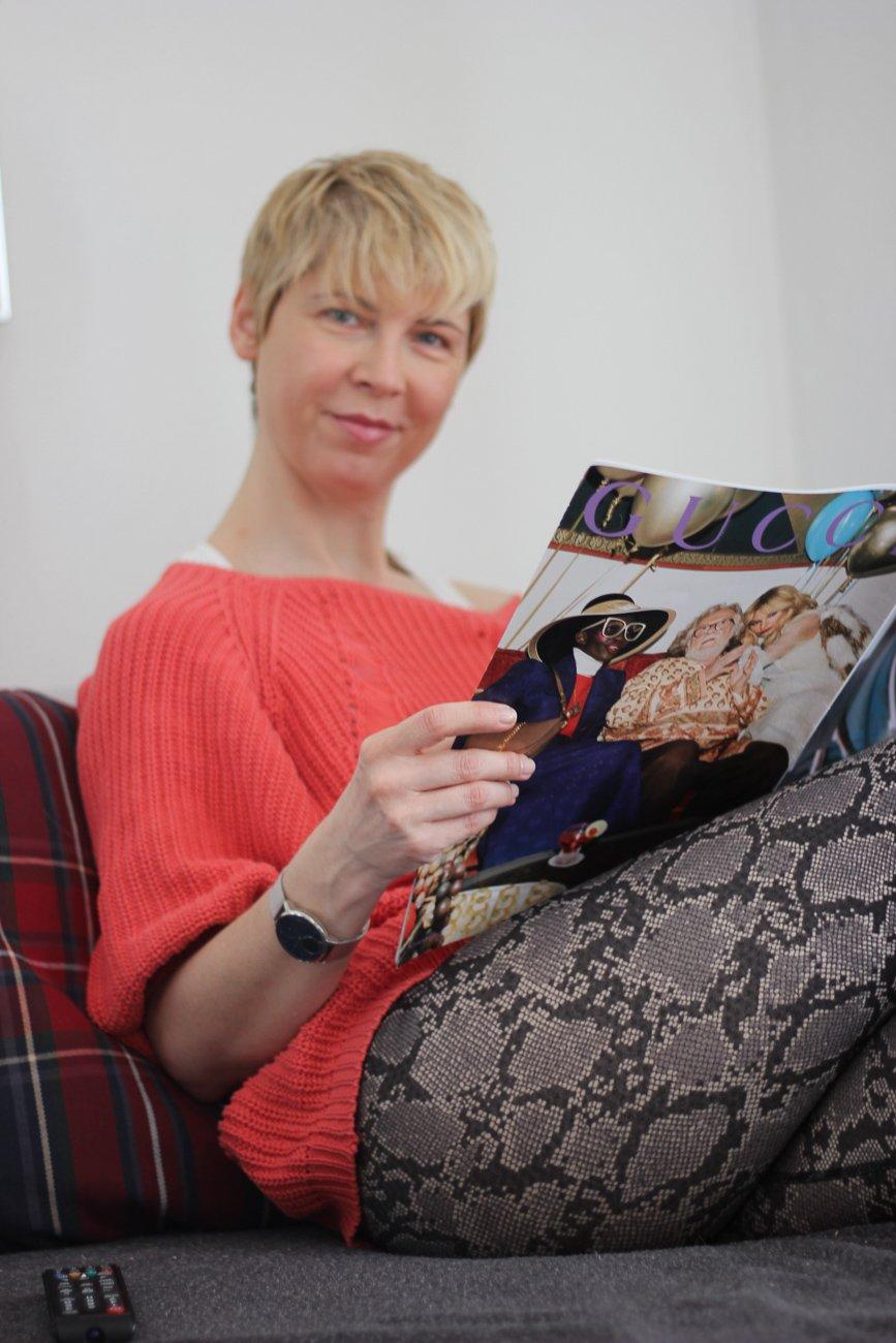 conny doll lifestyle: Lesen auf der Couch... Icon, Quarantäne, Corona