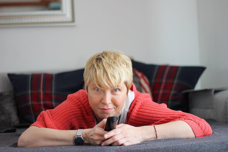 conny doll lifestylte: watching tv während der quarantäne