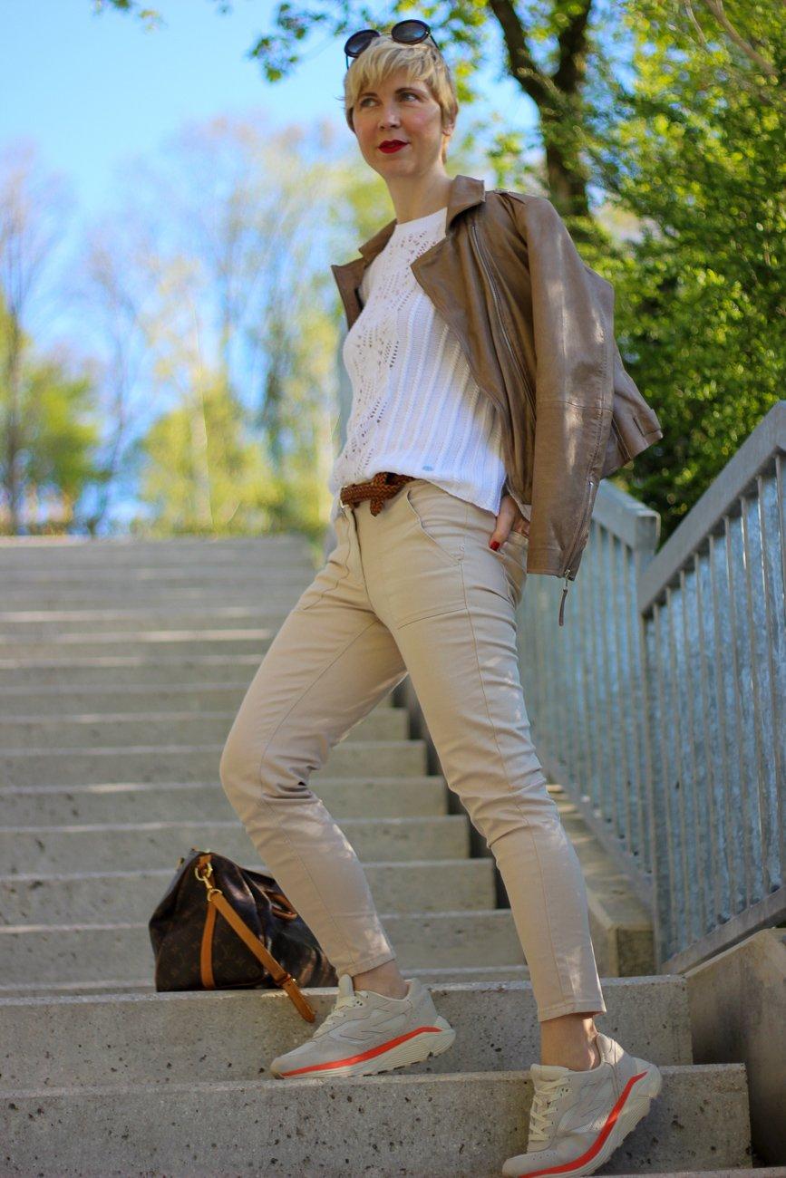 conny doll lifestyle: Mode am Freitag: Stilelemente des Utility-Styles in einem Frühlingslook von WENZ, sportlich, Sneaker
