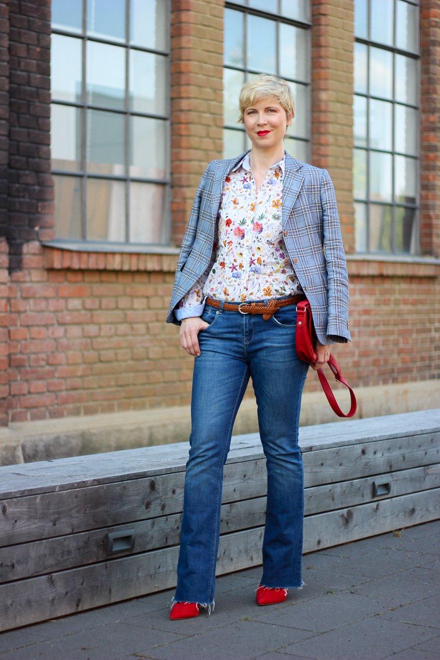 conny doll lifestyle: Karoblazer und Blumenprint, Libertybluse, The British Shop, Frühlingslook, Eisheilige