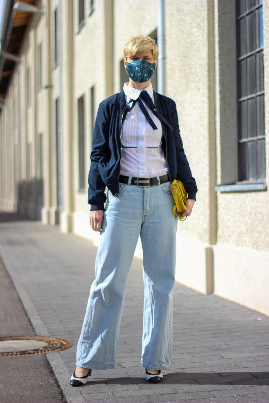 conny doll lifestyle: flared leg jeans, Schluppenbluse, Behelfsmaske fürs Gesicht, Blogpost über Bildschirmzeit, mobile Gerätenutzung, Coronazeiten