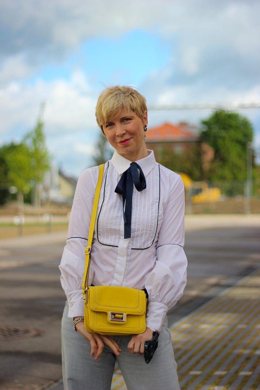 conny doll lifestyle: Schluppenbluse, Biesenbluse, Details, Blau, weiß, gelb